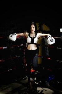 Mujer boxeando
