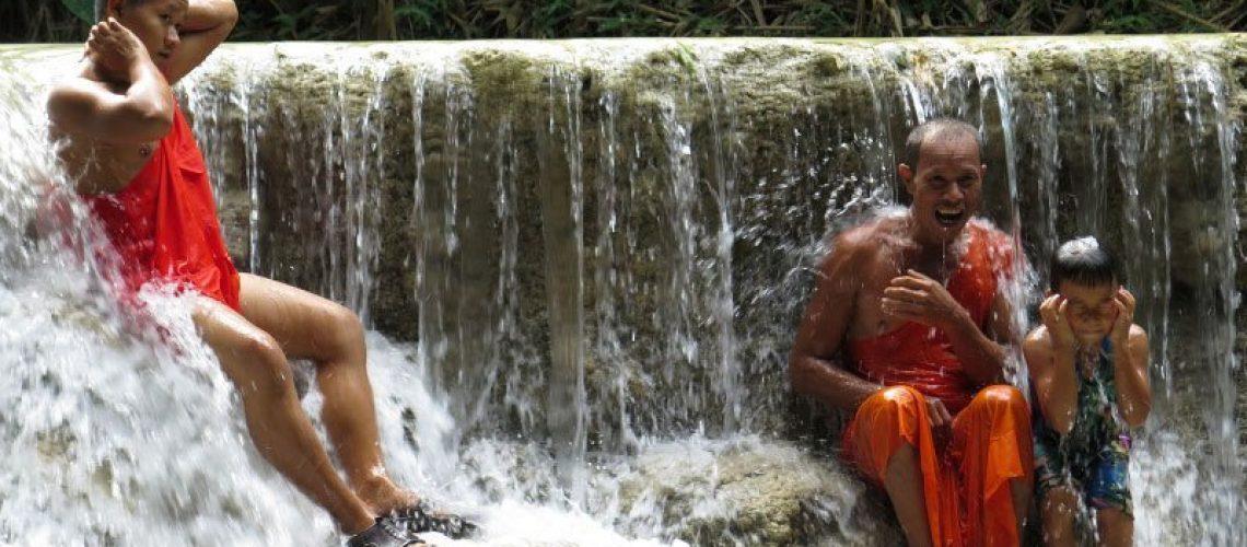 Monjes bañandose en una cascada